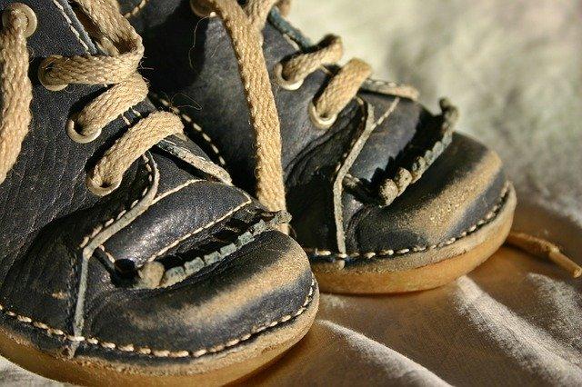 okopané chlapecké boty