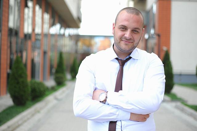 muž v košili s kravatou