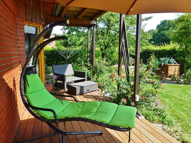 moderní křesla na terase