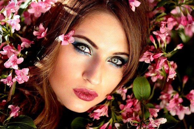 dívka a růžové kvítí