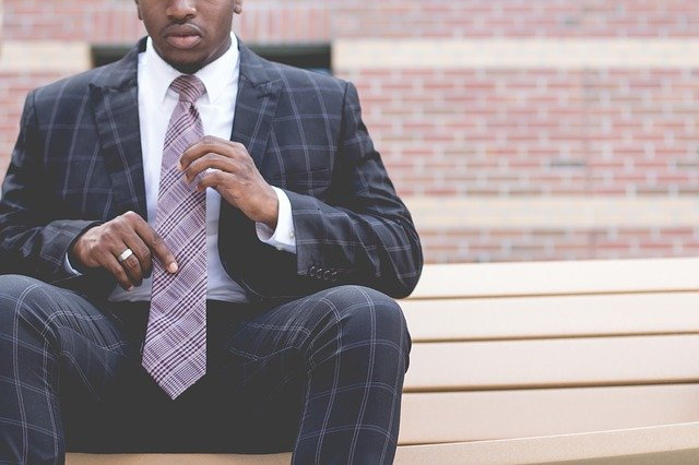 černoch v obleku