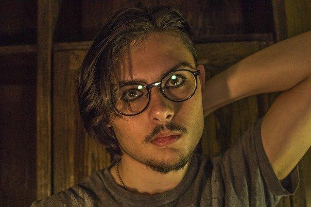 brýlatý mladík
