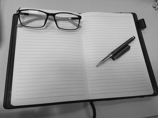 brýle a tužka na diáři