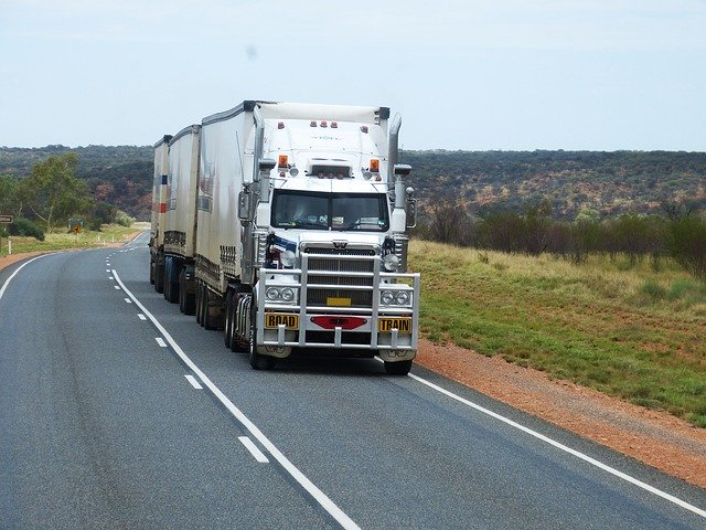 naložený kamion na silnici.jpg