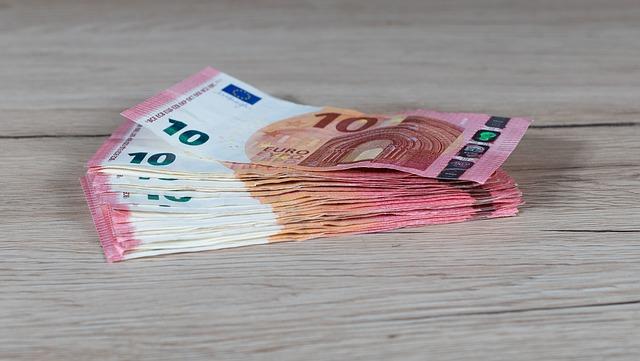 10eurové bankovky na světlém dřevě