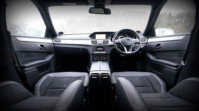 vnitřní prostor automobilu