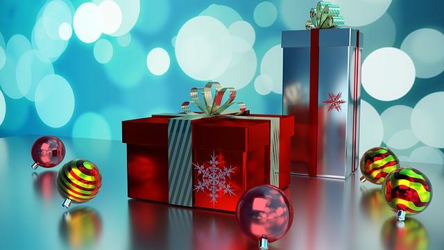 dva dárky na stole, vedle jsou červené a různé baňky