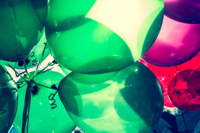 balonky, zelené a červené