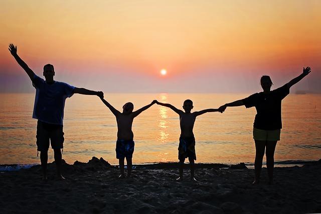 Rodina při západu Slunce