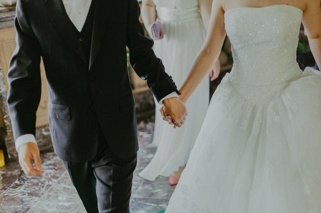 ženich, nevěsta, svatební šaty